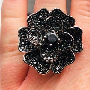 Jewelry - Black flower ring. Size 8.
